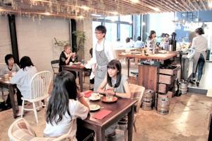 女性客らがランチタイムを楽しむカフェリビング「sumu」=26日、福井市中央1丁目のガレリア元町商店街