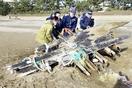 福井の砂浜に木造船の漂着物