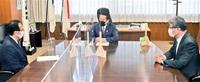 立地特措法改正で 渕上氏必要性訴え 井上担当相と意見交換