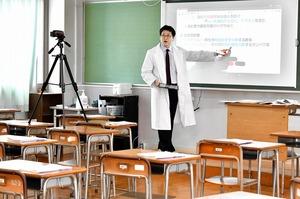 配信と並行して行われた授業動画の収録=5月11日、福井県福井市の羽水高校