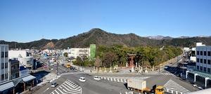 気比神宮前の大通り。写真左方向の通りには戦前まで舟川の名残の水路があった=福井県敦賀市