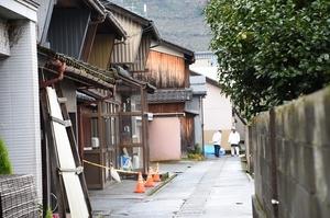 規制線が張られた現場周辺=16日、福井県勝山市元町2丁目