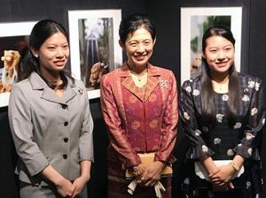 高円宮妃久子さま(中央)の作品展を鑑賞され、写真に納まる三女絢子さま(右)と次女の千家典子さん=2日午前、東京都千代田区