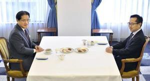 会談に臨む、民進党の増子幹事長(左)と希望の党の古川幹事長=14日午後、東京都内