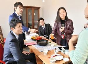 仲間探しに奔走している企画班の4人。読者のメッセージが何よりの励みになっている=福井県鯖江市内