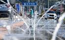 路上に水のアーチ、各地道路に複数