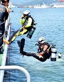 潜水士と消防士が合同訓練