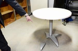 脚が折られたテーブル=11月12日、福井県福井市のハピテラス