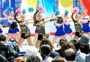 笑顔で演技するJETSのメンバー=23日、福井市の西武福井店本館屋上
