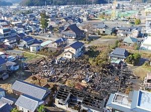 住宅など10棟を焼いた火事現場=12月29日午前10時20分ごろ、福井県越前市平和町(日本空撮・小型無人機ドローンで撮影)