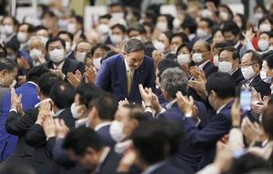 自民党の新総裁に選出され、一礼する菅官房長官=14日午後3時21分、東京都内のホテル