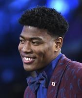NBAのドラフト会議で、日本人初となる1巡目、全体9位で指名され笑顔を見せる八村塁=6月20日、ニューヨーク(ゲッティ=共同)