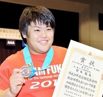 レスリング男子96キロ級で3位になり、表彰式後に笑顔を見せる敦賀気比の曽木龍太=山形県上山市の三友エンジニア体育文化センター