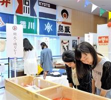 記録写真や資料で前回福井国体の熱狂ぶりを振り返る回顧展=26日、福井市の福井県立図書館