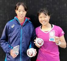 女子ダブルスで準優勝した県勢の林恵里奈(左)と梶谷桜舞=甲府市の山梨学院横根テニス場