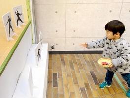 手裏剣投げをする子ども=1月12日、福井県坂井市の県児童科学館