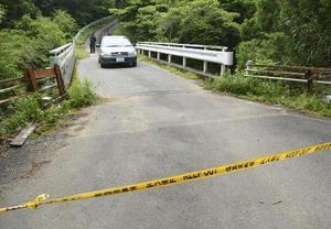規制線が張られた、女性の遺体が発見された現場付近の道路=10日、静岡県藤枝市