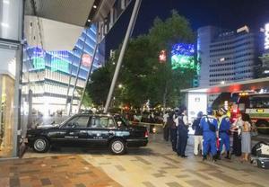 JR東京駅の歩道に乗り上げたタクシー=26日午後10時30分ごろ