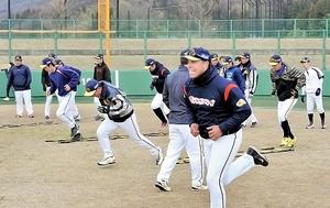 気合が入った練習に励むエレファンツナイン=15日、福井市の福井フェニックススタジアム