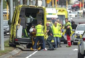 3月15日、ニュージーランド南島クライストチャーチのモスクで起きた銃乱射事件で、男性を搬送する救急隊(ロイター=共同)
