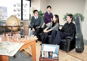 インターナショナルスクール「EN.College」の教室で話し合う藤田代表(左から2人目)とウォルキントン校長(右)ら=福井市中央1丁目