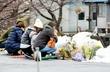 蓮ちゃんの献花台、花束で埋まる