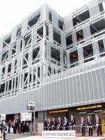 駅前立体駐車場の竣工式で、完成を祝う関係者=6月29日、福井県敦賀市鉄輪町1丁目