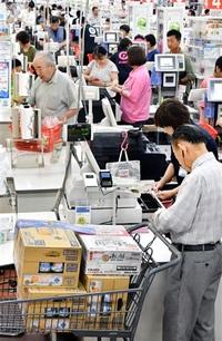 増税直前、悲喜こもごも 日用、高額品に駆け込み 給油所はいつもの週末 県内小売店 反動減不安も