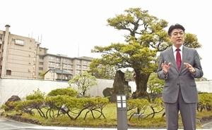 べにやの跡地で再建への思いを語る奥村隆司社長=福井県あわら市温泉4丁目