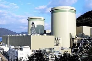 関西電力高浜原発1号機(右)と2号機=2014年11月、福井県高浜町田ノ浦