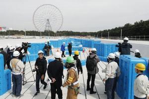報道陣に公開された、2020年東京五輪に向けて建設中のカヌー・スラローム会場=26日午後、東京都江戸川区
