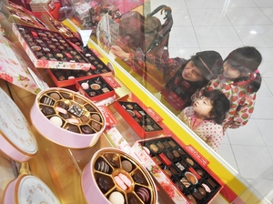 バレンタイン商戦が本格化し、チョコレートが並んだ売り場=1月21日、福井県福井市のパリオシティ
