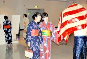 たくさんの来館者が浴衣姿で鑑賞し、館内は涼やかな雰囲気に包まれた=11日、福井市の福井県立美術館