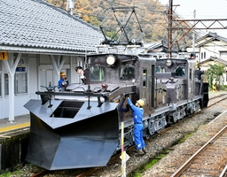 試運転で永平寺口駅に到着したラッセル車=11月28日、福井県永平寺町の同駅