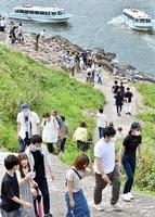 多くの観光客でにぎわう東尋坊=7月23日、福井県坂井市