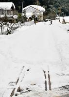 大雪で運休が続いているJR越美北線。線路は雪でほとんど覆われたまま=15日午前11時35分ごろ、福井市安波賀町