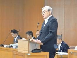 福井市議会の全員協議会で、財政状況について話す東村新一市長=5月28日、福井市役所