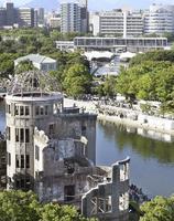 広島市の平和記念公園。手前は原爆ドーム