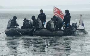 海上自衛隊による燃料タンクの捜索活動=25日、青森県東北町の小川原湖(海自大湊地方総監部提供)