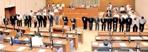 加藤氏(一番左)の問題を受け、頭を下げ謝罪する市議ら=29日、福井市議会議場