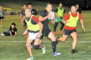 練習に励むラグビー成年男子の福井選抜。小野澤(中央)の加入で戦力がアップした=9月15日、おおい町総合運動公園