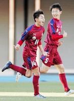 米子北―丸岡 後半、決勝となるゴールを決め、喜ぶ丸岡・川中浩夢(左)=駒沢