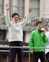 大阪府知事選が告示され、支持者に手を振る吉村洋文氏。右は日本維新の会の松井一郎代表=21日午前、大阪市