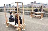 人集う水辺へベンチ 足羽川堤防 福井工大生製作 屋台に組み替えも みんなで読もう