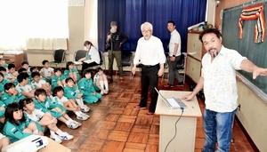 自然再生に向けた母国での取り組みを紹介するエゴさん(右)=15日、福井県大野市有終南小
