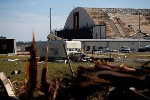 ハリケーンで損傷したティンダル米空軍基地の格納庫=11日、米南部フロリダ州(ロイター=共同)