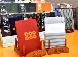 1日からハピリンで販売される科学技術高校(福井県福井市)の生徒が考案した越前織のブックカバー「マークキャット」