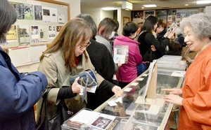 映画「パラサイト 半地下の家族」の上映前に多くの観客でにぎわうロビー=2月20日、福井県福井市のメトロ劇場