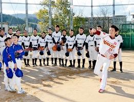 小中学生の前でキャッチボールのお手本を示す牧田明久さん(右手前)=25日、福井県越前市の万葉中