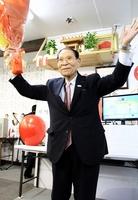 全国最高齢の88歳で7選を果たし万歳する石川与三吉氏=4月7日、福井県敦賀市相生町の選挙事務所